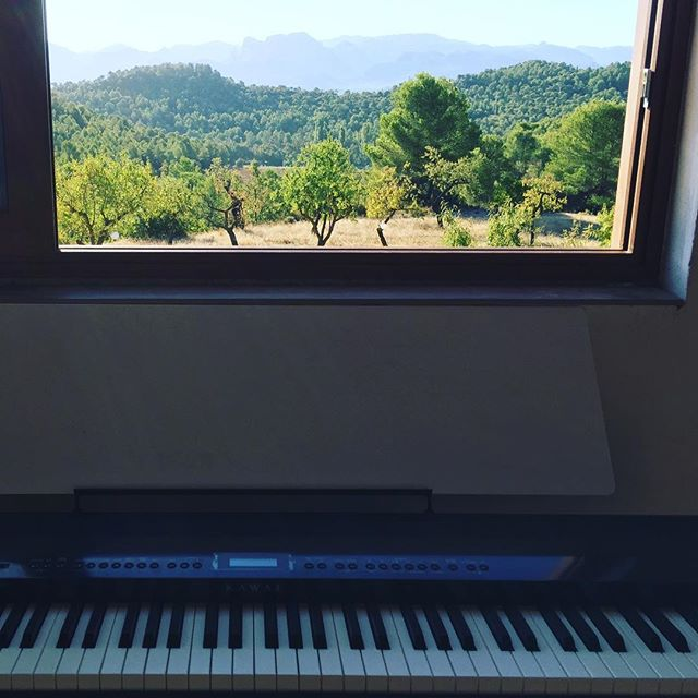 Special guest for coffee & cake today: my mother, who is a professional piano player. Be there or be a rectangular thing! From 11 on at Mas del Encanto. #musicinthemountains #piano #coffeecakethursdays #coffeecakepiano #casarural #pianowithaview