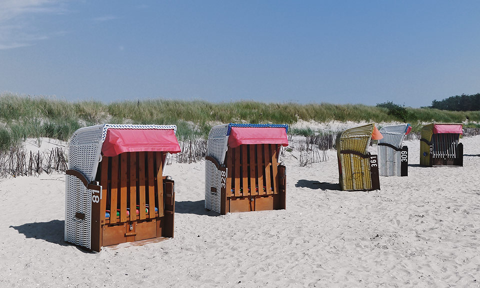 Der Strand ist feinsandig, bewacht und nur wenige Minuten entfernt