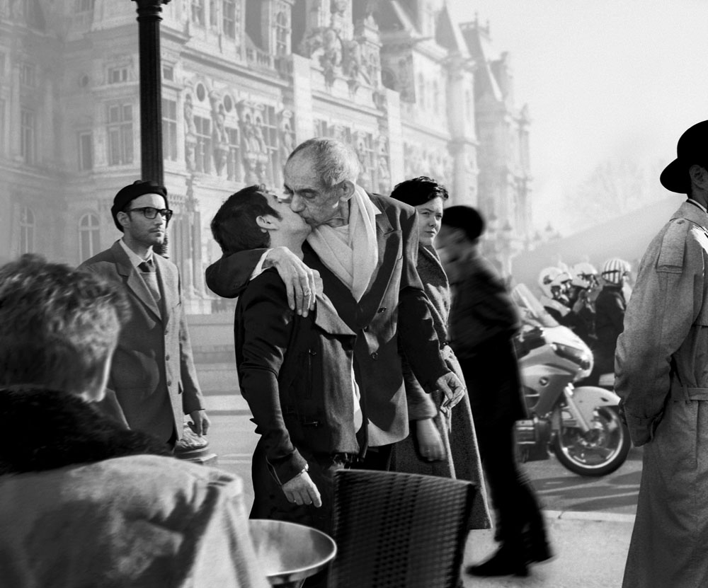 Copy of « Looking for the Masters in Ricardo's Golden Shoes #38 (Tribute to Robert DOISNEAU, Kiss by the Hôtel de Ville, 1950) » by Catherine Balet