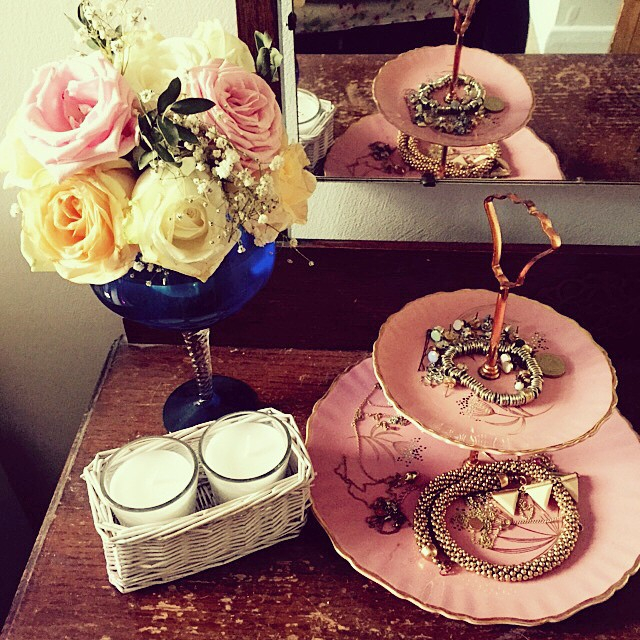 58b5e1beaef01245-cake-stand-pink-vintage-flowers-girly-bedroom.jpg
