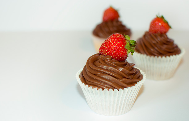 7e19ce3d8afdf072-chocolatestrawberrywhitecupcakes.jpg