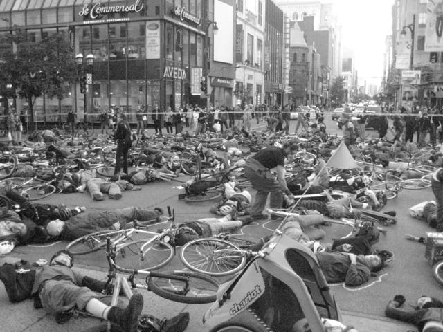 Die-in dénonçant la mortalité des cyclistes à Montréal. 2008.