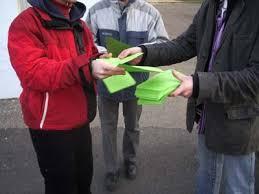 Imprimer des journaux ou des tracts, les passer, en profiter pour échanger avec les citoyens et citoyennes de notre communauté... une action simple et efficace!