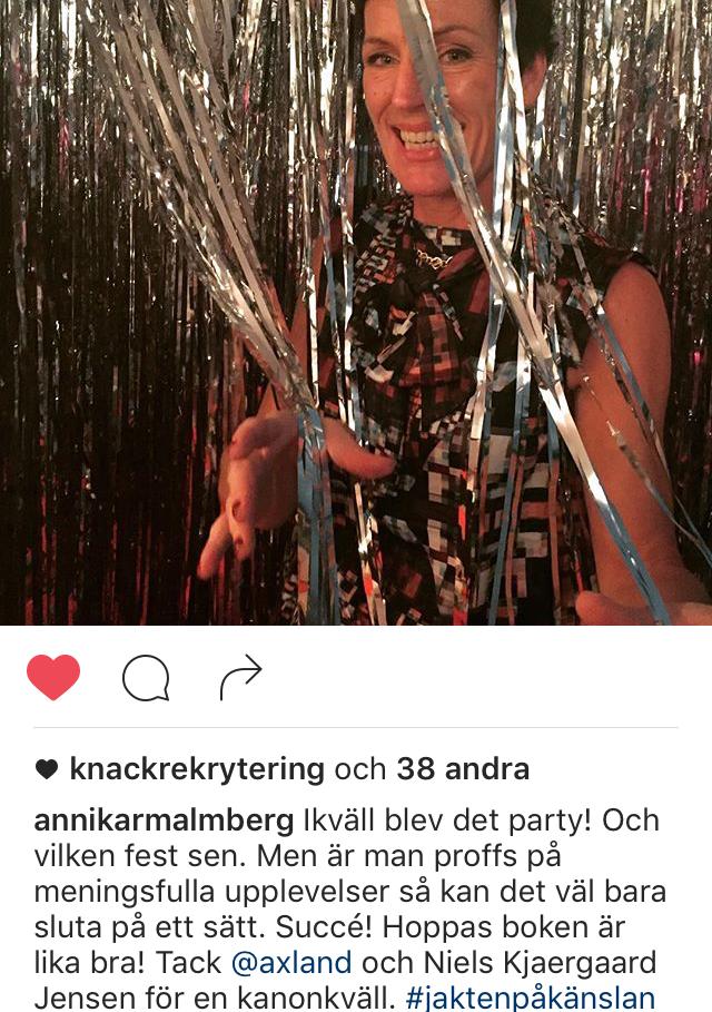 Festklädd Kvinna gör entréfesten genom ett glitterdraperi. #Jaktenpåkänslan