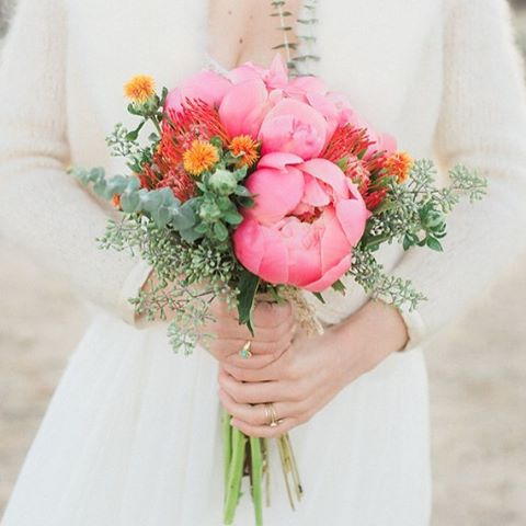 Yippee! So excited and proud to be featured on @100_layercake today! 😁😁😁 And the crew involved... Oh my! So talented! Link to article in bio @finchevents @anyakernes @ohpooreleanor @fernandbone @theblushingbird #sandiegoflorist #laflorist #losangeleswedding #peony #junebloomfloral