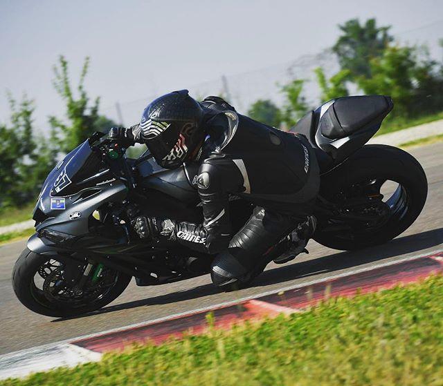 Get low 🔹🔹 @blackforestrider 🔹🔹 . . #maxwrist #maxwristarmy #motorcycle #bikelife #bikefam #kneedown #kneedraggers #sportbike #sportbikelife #speed #race #racing