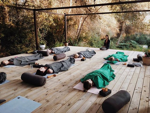 We're all about living our best everyday. That includes doing different ways to feel brilliant! One of those ways is sinking into yoga nidra. 🧘🏽‍♀️🧘🏽‍♂️🧘🏽‍♂️This meditation practice will help you rest, restore, de-stress, making it an ideal practice when you're feeling low on energy. The more you practice, it can even help increase awareness, undo bad habits, and eventually understand your true calling and higher purpose. So whether you are a seasoned practitioner or new to yoga nidra, please join Mandy Pfaff, MFT at YHS on Monday evening, April 16th for this session of deep relaxation. It's free! Now that's a brilliant way to end a Monday and face the rest of the week like it's #nbd - Sign up through the link in bio. #repost 📸: @melaniexcooper 💚✨