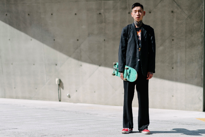 street-style happened at Seoul Fashion Week SS18... round-up at DNAMAG