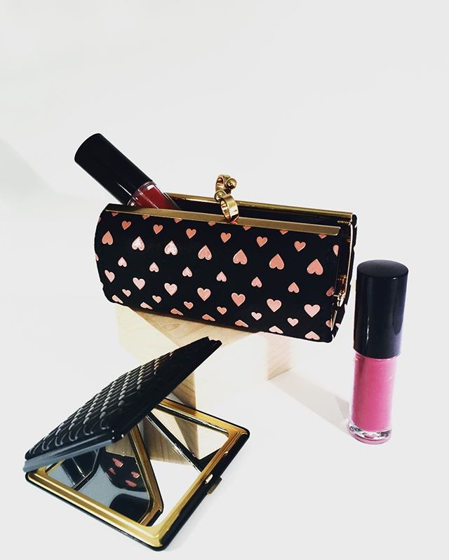Whether you prefer a natural or bold look, every purse needs a cosmetic mirror and lip-wear holder. What's YOUR purse'onality? 🕶💄👜💁💁🏻💁🏾 #bluumikauai #kauaishop #valentine #kauaishop #valentines2017 #makeup #purseessentials #giftsforher #lips #beauty #fashion