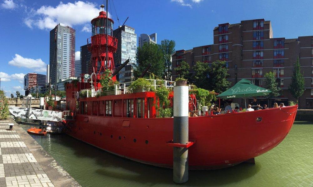 市内の散策も楽しいカフェがいっぱい、赤いボートカフェ