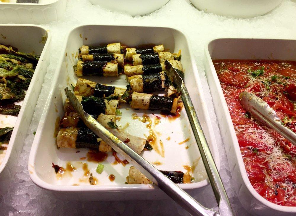 ベジハムの中にソース、歯ごたえある蒸し野菜を巻いてノリでとめたロール