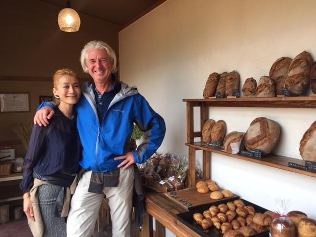 おおば製パン、わたしのお気に入りのライ麦入りブロート、看板商品のカンパーニュをはじめ、並んでいます。