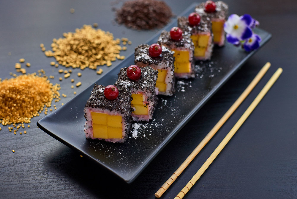 フルーツ寿司 マンゴー巻き、けしの実、クランベリー
