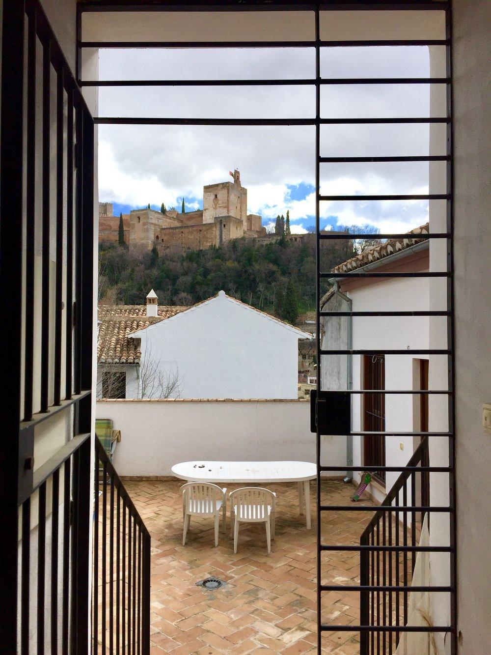 アルハンブラ宮殿を望むCasa Carvajales、アパルタメントお部屋前。