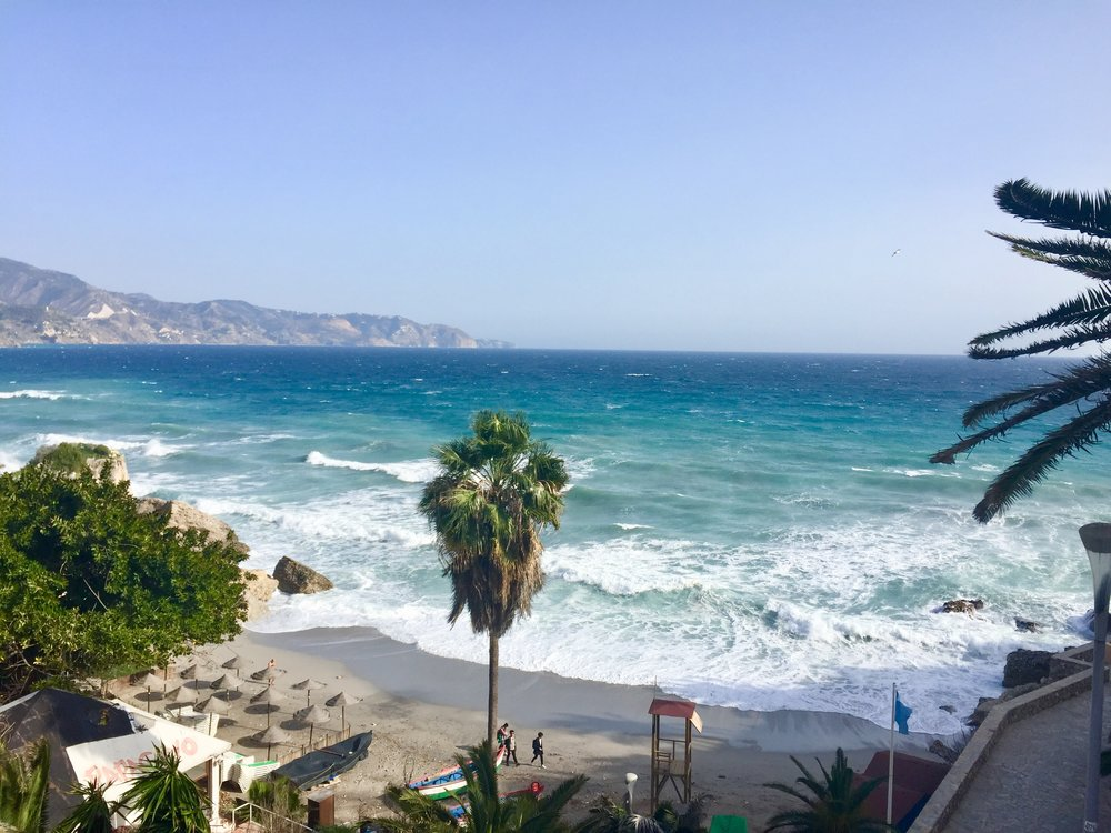 Costa TropicanaコスタトロピカーナのBalcon de Europe、Nerjaの海岸。冬でも観光客でにぎわっている。