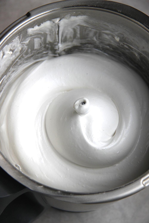 アクアファバメレンゲ、キサンタンガム粉、アガー粉シロップを加え、さらに泡立てた状態。