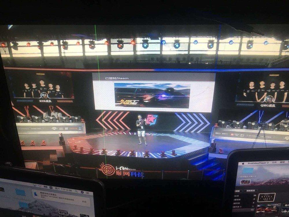 赫鲁丝CEO谢甫浩上台演讲 - 在展会进行的四天时间里,谢甫浩先生多次登上舞台,向台下热情的观众介绍了《Just Ride》。