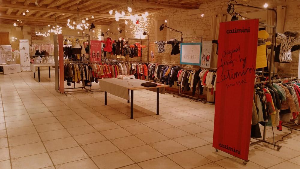 Exposition de vêtements dans notre salle de réception Louis XV