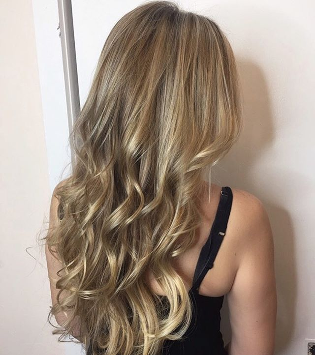 Blended blondie🌼 . . . . . . . . . . . #belmar #belmarnj #monmouthcounty #blondeambition #highlights #lowlights #comeseeme #guy_tang #hairbyme #balayage #ringlight #extensions #hudabeauty #njstylist #nj #beachyblonde #blowout #curls #lovewhatido
