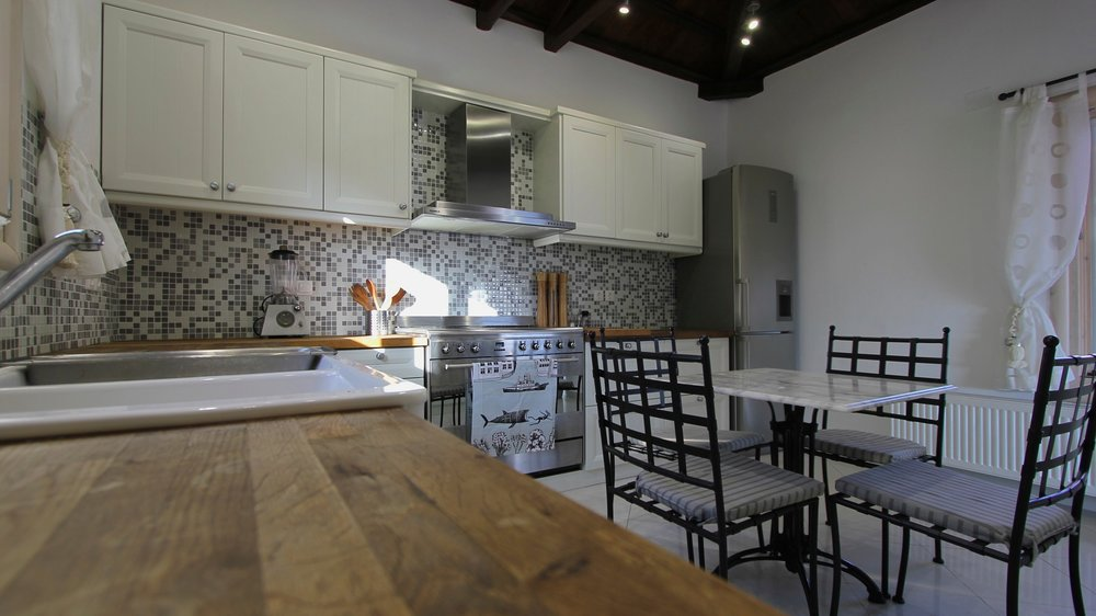 13. Large Family Kitchen.jpg