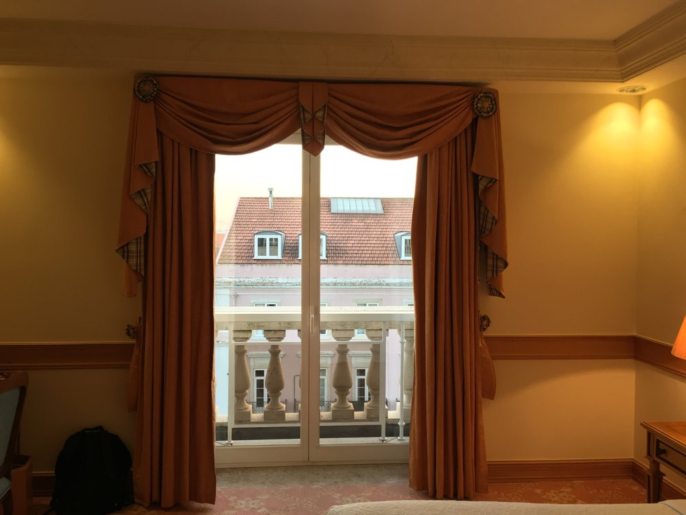 Olissippo Lapa Palace guest room juliet balcony
