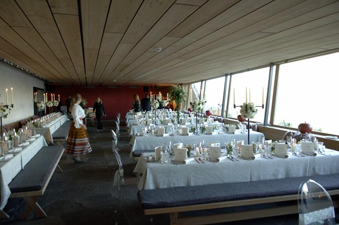 Clubrestaurant als Festsaal mit Brokattischtüchern