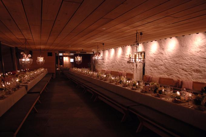 Clubrestaurant mit 2 Blocktischen und Brokattischtüchern
