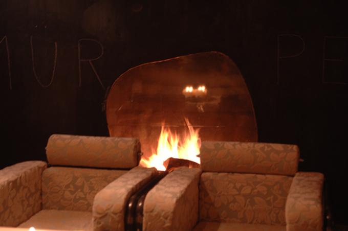Die Feuerstelle in der Bronzewand