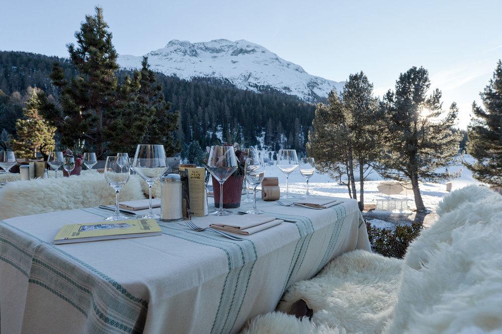 lejdastaz-club-terrasse-tisch-gedeckt.jpg