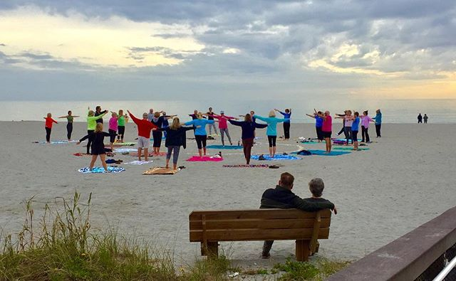 Watching Venice Beach yoga class. #venicebeach #venicebeachflorida #stayingfit #yoga #beach #groupactivity #groupfun #yogaclass #beachyoga #couple #coupleonbench