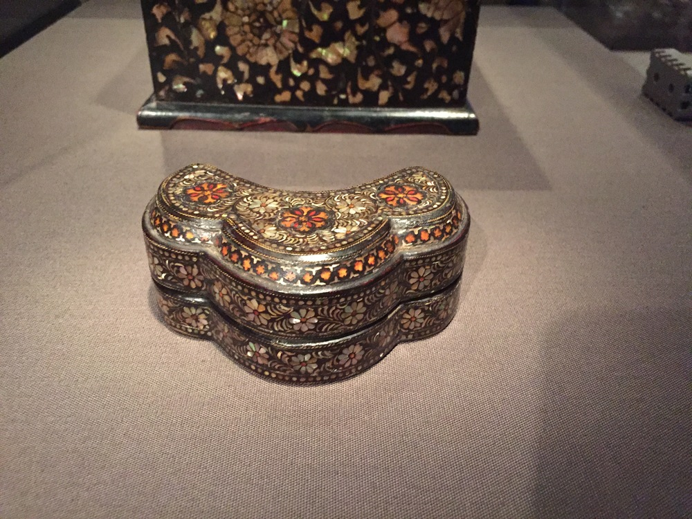 Covered box with chrysanthemum motif