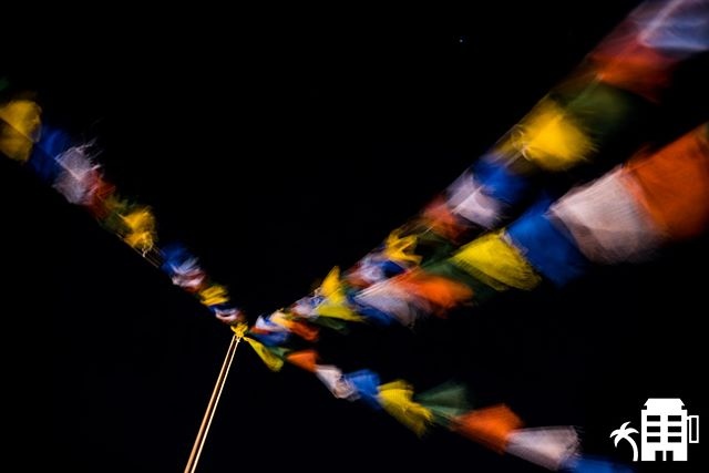 Prayer flags on the rooftop, its a beautiful night to be out. #quecheverepr #rincon #nightlife #tibetanprayerflags #prayerflags #wind #night #nightout #citylife #787 #puertorico #culture #tibet #puertoricolohacemejor #hotel #rooftop