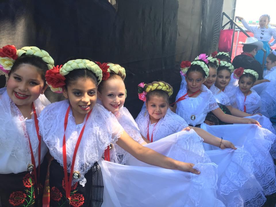 El grupo de Ballet Folklorico está bailando en el Desfile de La Fiesta de Rosa Grande 2016.