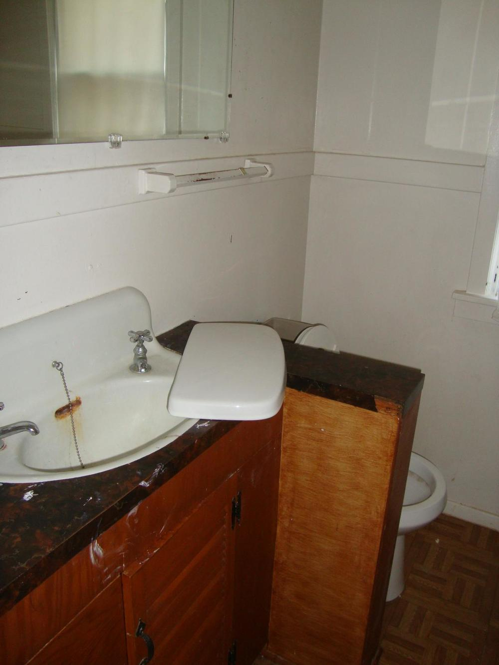 4622 Dupont bathroom - before