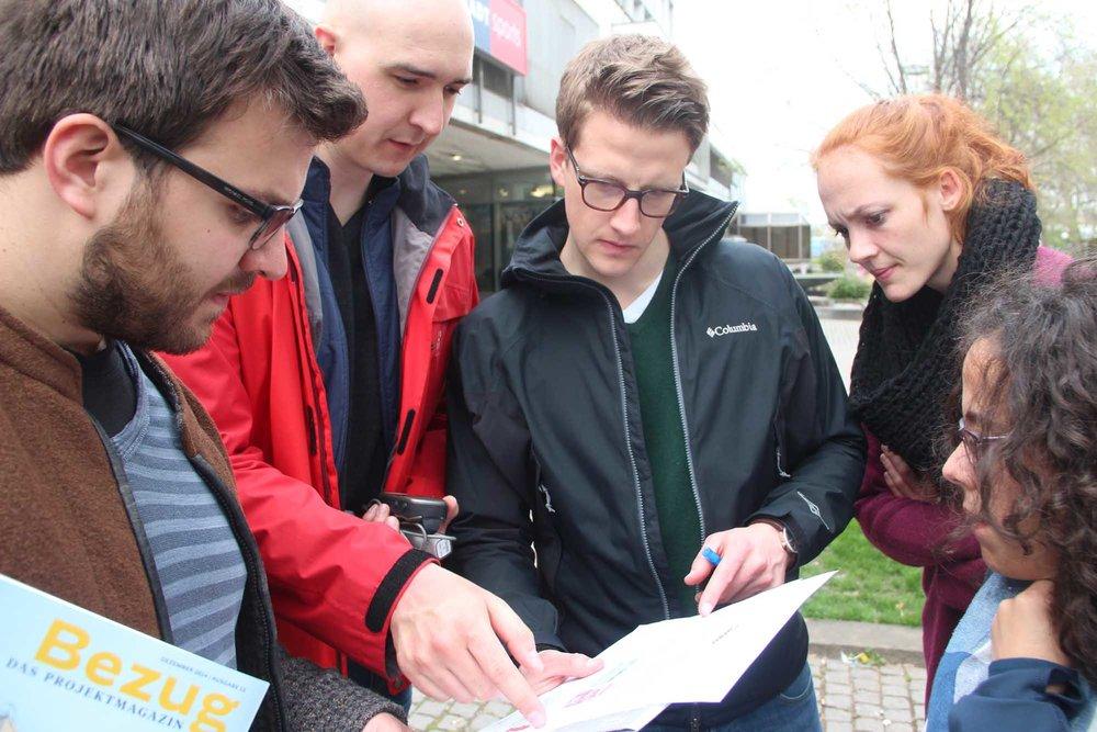Gruppe Teamevent Geocaching in Stuttgart beim Rätseln