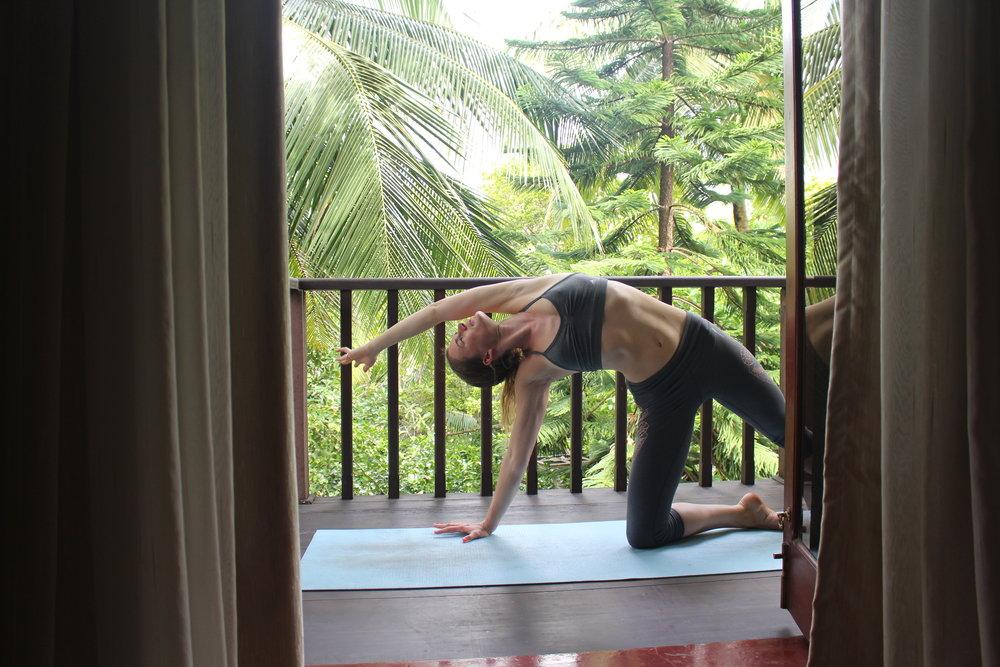 Yoga Pose: kleines Parsvakonasana oder gestreckter Seitwinkel mit Knie