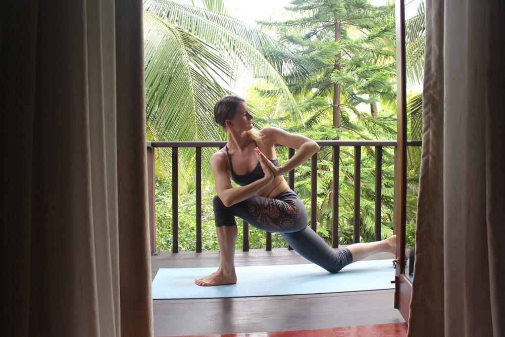 Yoga Pose: Drehung im Ausfallschritt