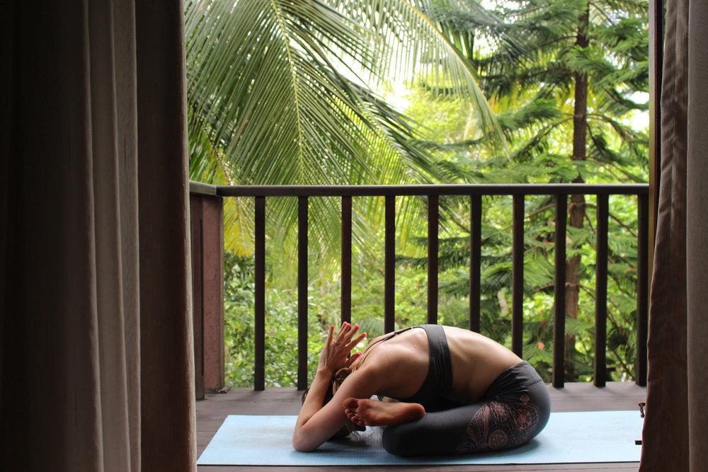 Yoga Pose: Knöchel über Knie Stellung