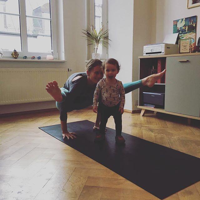 Yoga fun ☺️ • #yoga #yogamom #fitmom #fitmomyoga #yogamother #titibasana #yogaathome #yogasunday #yogafunday