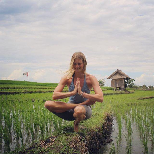 Nicht nur auf der Yoga Matte geht es oft um Balance nein auch in unserem Alltag, und vorallem als Mutter gerät man schnell aus der inneren Mitte. Ich habe letzte Woche ein Interview gegeben für die Balanced Moms Conference, welche die liebe @alicebalancee, selbst Mutter von vier Kindern, ins Leben gerufen hat. Sie hat 30 Experten & Expertinnen eingeladen um mit ihr über das Thema Mamasein und Balance im Alltag zu reden. In der Konferenz lernst du in 7 Tagen, wie du mehr Balance im Alltag finden kannst, um endlich wieder zwischen Haushalt, Beruf, Partnerschaft und Familie mehr Zeit für Dich zu haben. Praktische Tipps wie es uns Mamas gelingen kann, unsere Kinder bei ihrer optimalen Entfaltung zu unterstützen und dabei selbst die inneren Speicher gefüllt zu halten. Denn nur dann können wir ein erfüllendes Leben führen. Das ist ja auch genau mein Credo für Fit Mom Yoga🙏🏼Den Link zur Balenced Moms Conference findet ihr in meiner Story! #yoga #fitmomyoga #balance #balancedmom #bali #ricefields