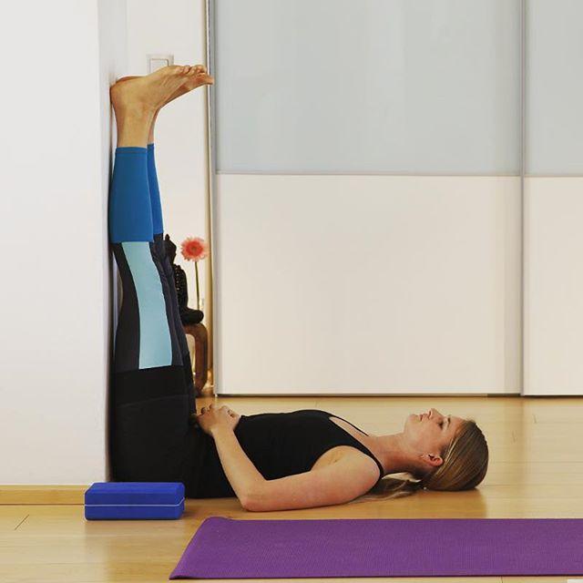 """Hoch die Hände Wochenende! Oder einfach mal die Beine hochlegen. Auf Yogi Sprache """"Viparita Karani"""", eine sehr entspannende Umkehrhaltung, die hilft, zu dir zu kommen. Blut und Hormone können besser zirkulieren, da sich deine Beine oberhalb des Herzens befinden. Auch Nervenschwäche oder Depressionen sollen gelindert werden. Zusätzlcih wird dieser Position eine verjüngende Wirkung nachgesagt. Egal was, es tut auf jeden Fall gut, daher probier es doch mal aus. #yoga #fitmomyoga #wochenende #beinehoch #viparitakarani"""