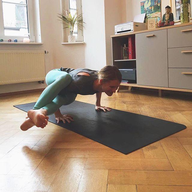 Monday Energy. Seid ihr auch montags besonders motiviert zum Sport zu gehen oder vielleicht Yoga zu machen? Ich habe mich letzte Woche mit einer Freundin unterhalten die ein eigenes Yoga Studio betreibt. Sie meinte es ist erstaunlich wie man anhand der Anzahl der Schüler den Wochentag ausmachen kann;-) Interessant und tatsächlich geht es mir ähnlich. Wann machst du meistens Yoga?⠀ #happymonday #fullofenergy #yogatime #yoga #fitmomyoga #kaleandcake