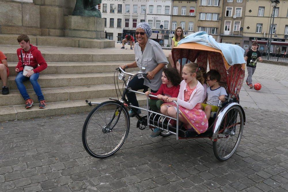 - FR - Chaque mercredi et dimanche le rickshaw relie différents lieux de rencontres et belles initiatives à Laeken comme Parckfarm, OBDLO, le resto du coeur, pour créer des nouvelles rencontres et tisser des nouveaux liens. Un projet avec le soutien du contrat de quartier durable Bockstael et Cyclo.NL - Elke woensdag en zondag verbindt de rickshaw verschillende ontmoetingsplekken en mooie initiatieven zoals Parckfarm, OBDLO en de resto du coeur van Laken. De rickshaw werkt verbindend in de wijk en creëert nieuwe ontmoetingen. Een project ondersteund door het duurzame wijkcontract Bockstael en Cyclo.