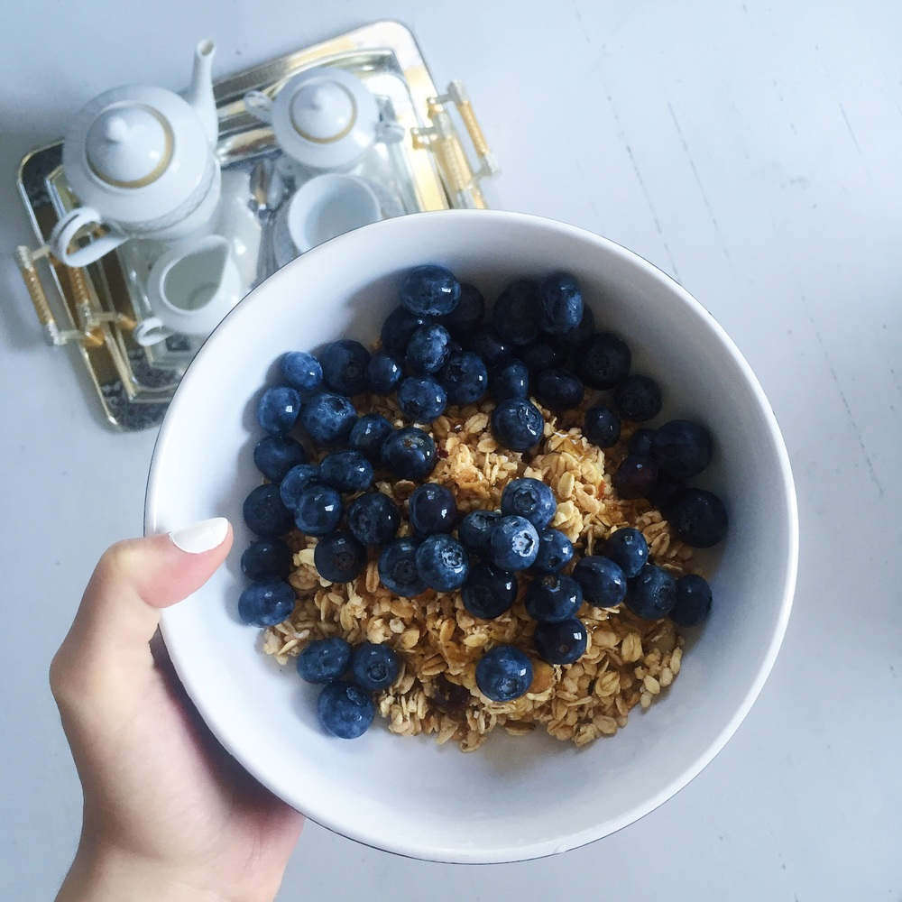 Vanilla dried oats and sliced almonds topped with honey and blueberries