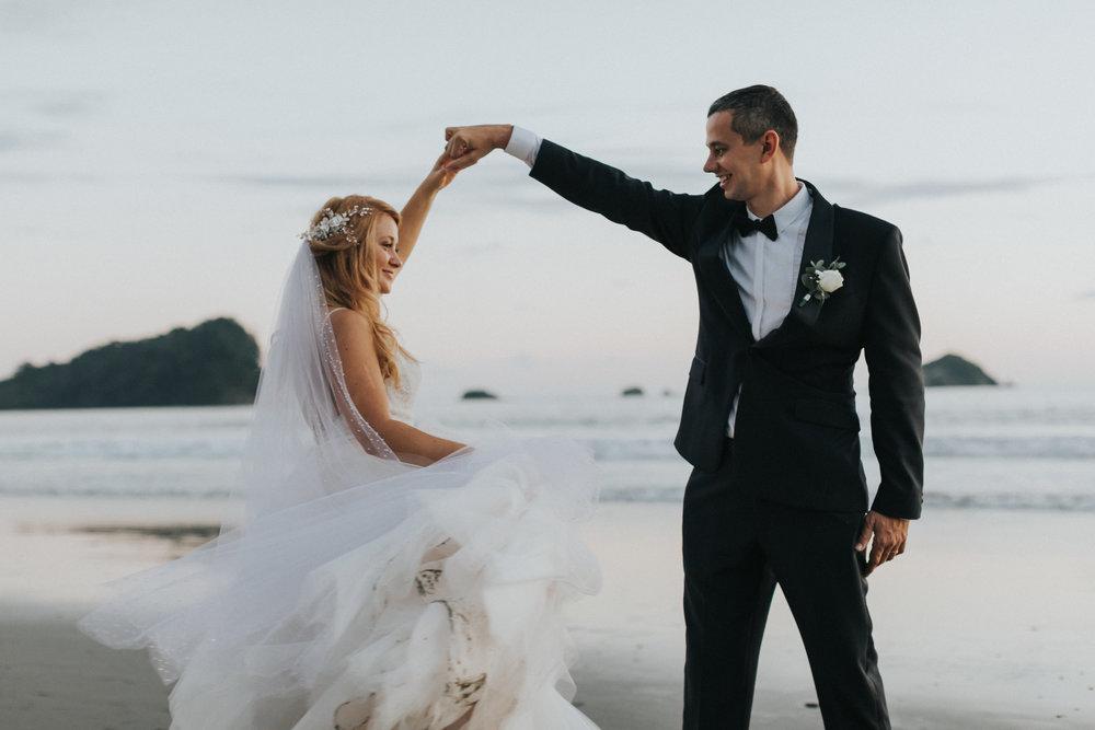 wedding couple dancing in Manuel Antonio