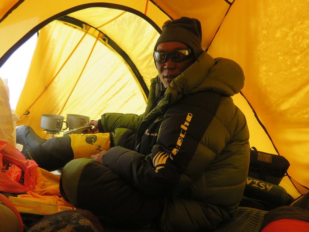 Pa Rita Sherpa's turn at the stoves
