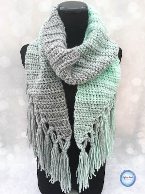 The  Mint-cicle Scarf  was the MOST popular pattern from my Seven Days of Scarfie 2017 pattern collection.  I have a sneaky suspicion it's because of that pretty double-knotted fringe and of course the beautiful Mint/Silver colorway <3  The best part about this scarf is that it is totally beginner-friendly while still looking modern and unique.