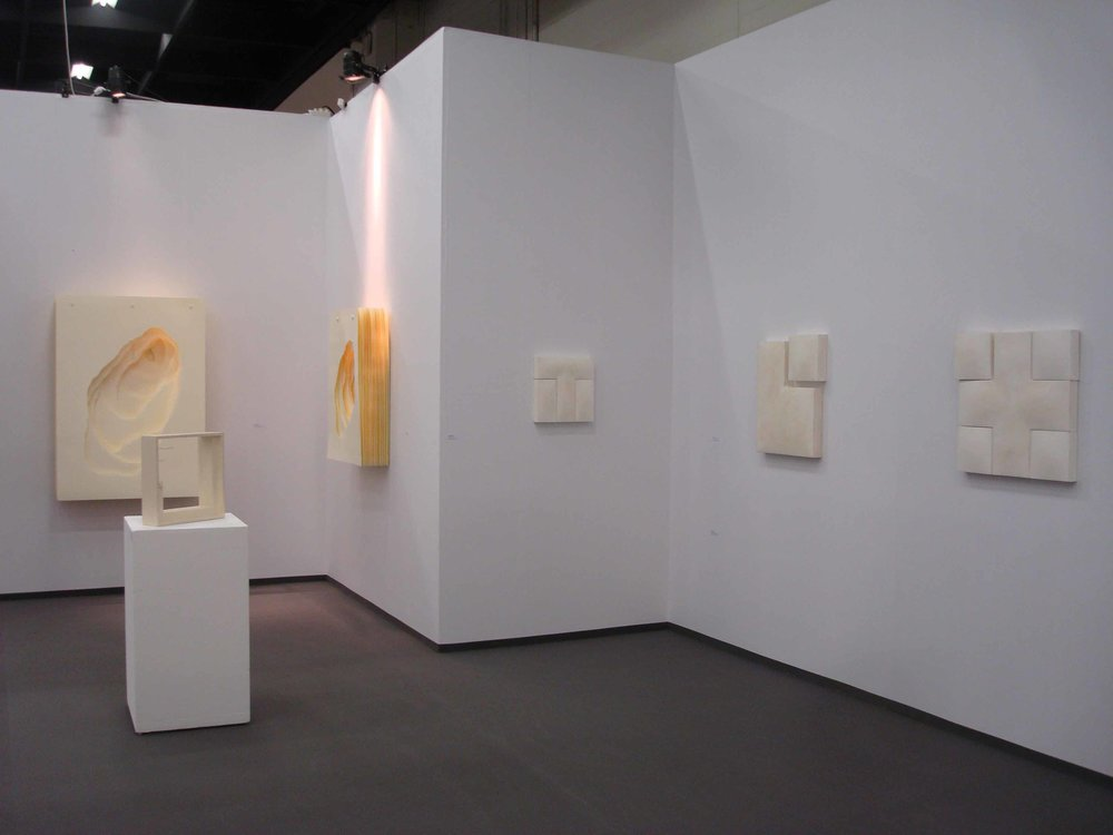 Stand White meditation room di Galleria Grossetti ad Art Cologne 2011_a sx Angela Glajcar e a dx Mats Bergquist .jpg