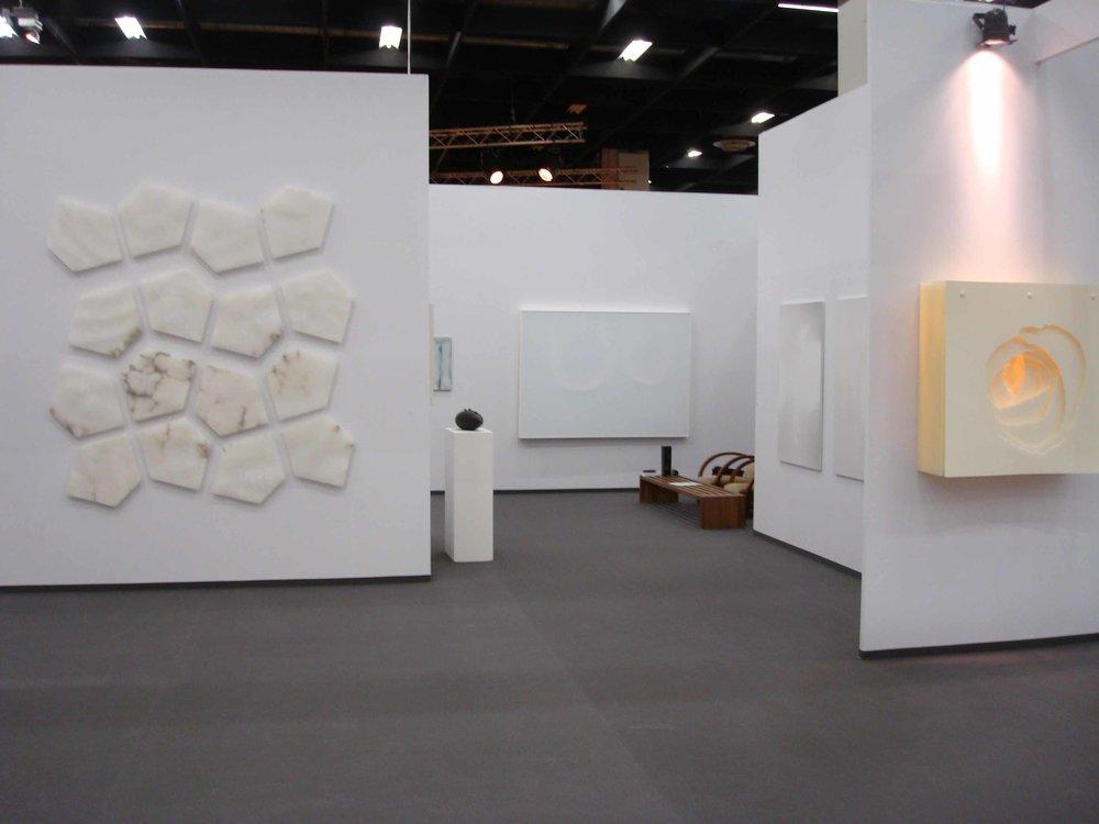 Stand White meditation room di Galleria Grossetti ad Art Cologne 2011_a sx Enzo Castagno a dx Angela Glajcar.jpg