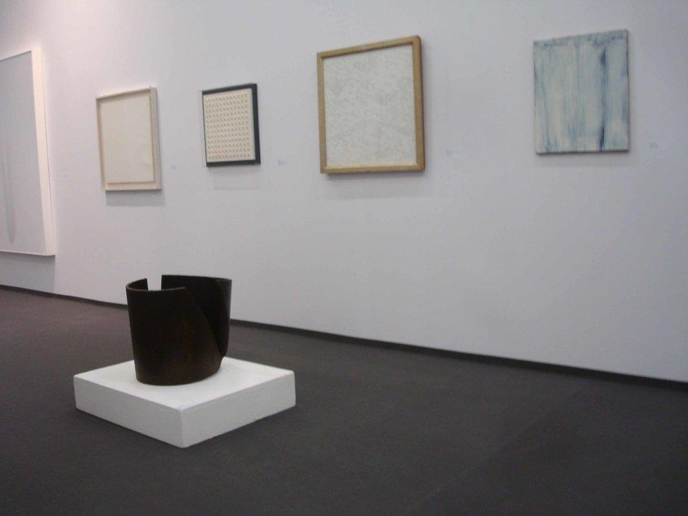 Stand White meditation room di Galleria Grossetti ad Art Cologne 2011_a terra Spagnulo sulla parete Dadamaino.jpg